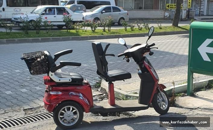 Yaşlı kadın elektrikli bisikletten düştü