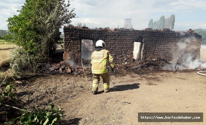Sındırgı'da çıkan yangın bağ evini de yaktı