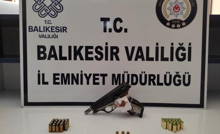 Balıkesir'de polis 12 aranan kişiyi sıkı takip sonucu yakaladı