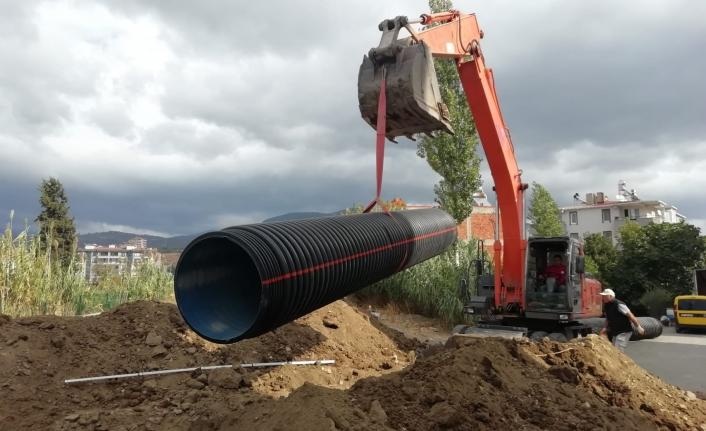 Edremit Belediyesi tarafından yağmur suyu drenaj hattı döşeme çalışmaları devam ediyor