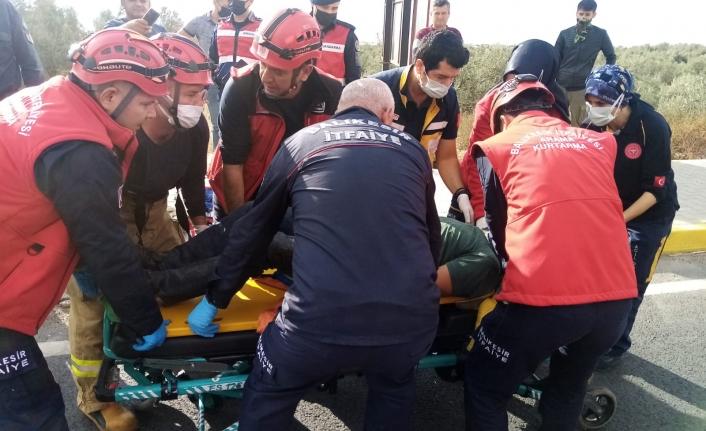Kamyonette sıkıştı, zor anlarında yardımına itfaiye ekipleri koştu