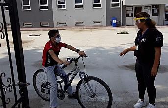 Bisikletiyle sınava son dakikada bakın nasıl yetişti