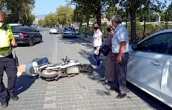 Elektrikli bisiklet park halindeki otomobilin kapısına çarptı, sürücü yaralandı