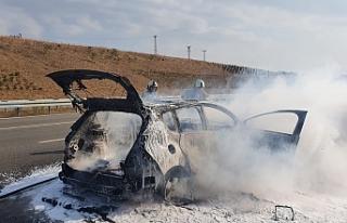 Susurluk'ta otomobil yangını otluk araziye sıçradı