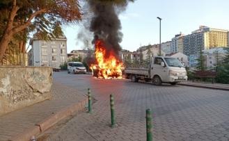 Bandırma'da park halindeki araç cayır cayır böyle yandı