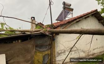 Dursunbey'de aşırı rüzgar çatıları uçurdu, direkleri devirdi