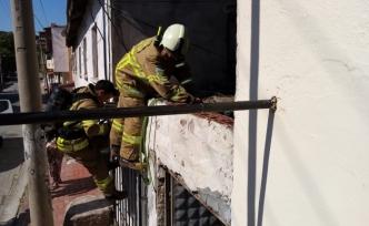 Akçay ve Edremit İbrahimce'de yanan çatıları itfaiye ekipleri söndürdü