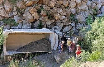 Maden taşıyan kamyon uçuruma  yuvarlandı