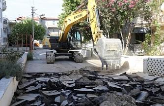 Burhaniye'de belediyenin yol yenileme çalışmaları devam ediyor.