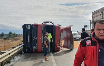 Susurluk'ta kazada karayoluna tahıllar dağıldı