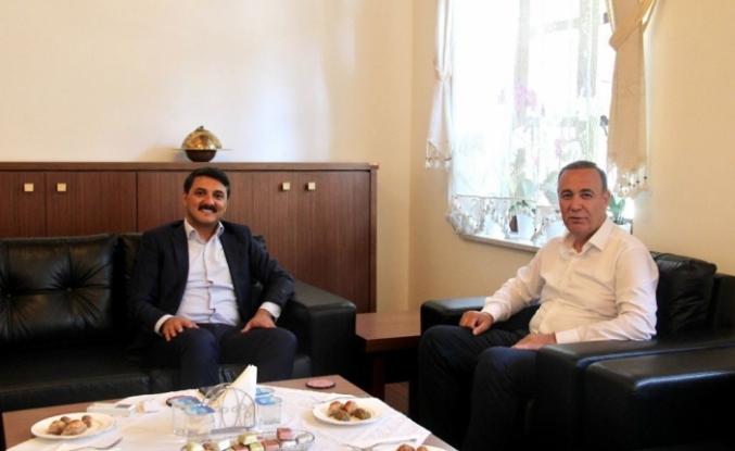 AK Parti Siirt Milletvekili Osman Ören, Edremit Kaymakamı Turgay Ünsal'ı ziyaret etti.