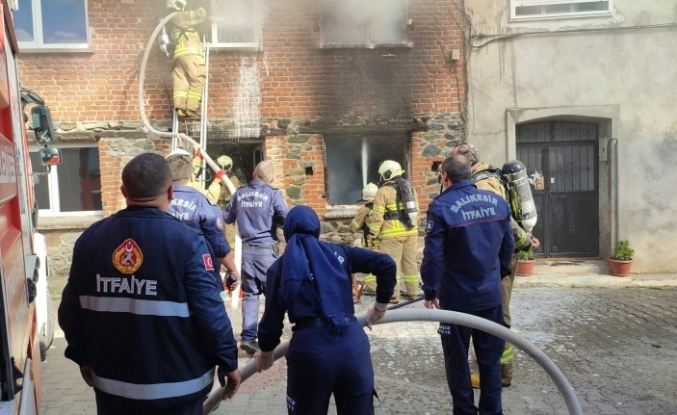Edremit'te 2 katlı ev alev alev yandı